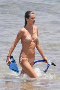 th_74074_Alessandra_Ambrosio_on_the_beach_in_Hawaii_26_122_235lo.jpg