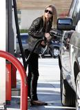 Nicky Hilton - Страница 2 Th_07052_Preppie_-_Nicky_Hilton_pumps_her_own_gas_in_Beverly_Hills_-_Dec._28_2009_852_122_236lo