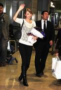 Nov 16, 2010 - Taylor Swift - Narita International Airport In Japan (57 HQ pics) Th_23523_tduid1721_Forum.anhmjn.com_056_122_497lo