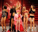 th_21597_Victorias_Secret_Fashion_Show_Runway_02_122_583lo.jpg