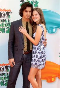 http://img248.imagevenue.com/loc597/th_358520801_CFF_Zoey_Deutch_Nickelodeons_25th_Annual_Kids_Choice_Awards_In_LA_March_31_2012_020_122_597lo.jpg